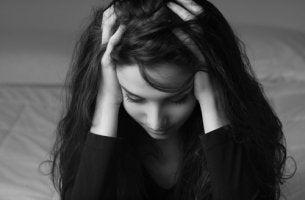 Mujer con manos sobre la cabeza preocupada por la aprobación de los demás