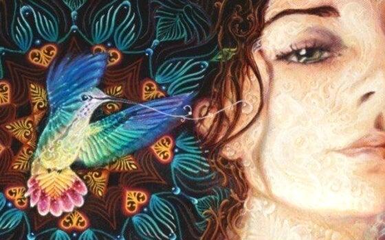 mujer con un pájaro de colores al lado