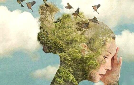 mujer con pájaros en la cabeza que piensa en ayudar a los demás