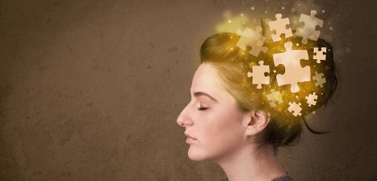 Mujer con piezas de puzzle encima de la cabeza