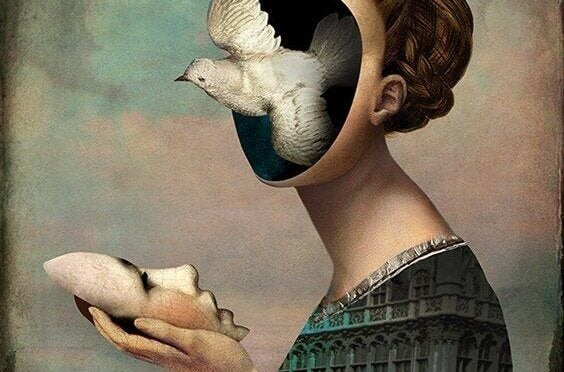 Mujer con su rostro en la mano y un pájaro en la cara