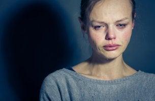 Mujer con mucho sufrimiento a causa de un trastorno de salud mental