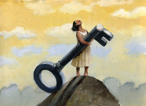 En dame med en stor nøkkel øverst på fjellet