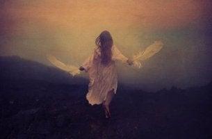 mujer corriendo con alas en las manos evocando una muerte tranquila