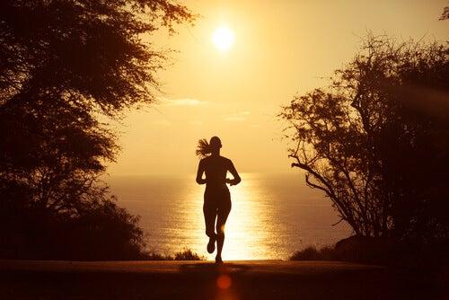 Mujer corriendo y practicando meditacion