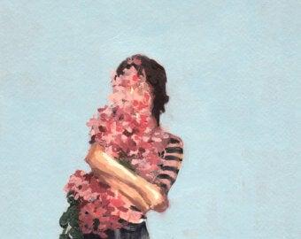 Mujer dándose un abrazo pensando en la expresión me quiero