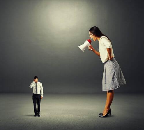 Mujer gritando a su compañero de trabajo