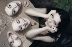 Mujer con máscaras de diferentes emociones