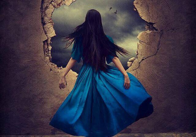 Mujer mirando por un agujero de la pared