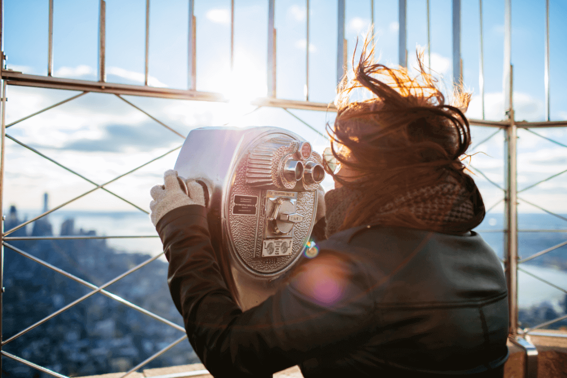 Mujer mirando un paisaje como técnica de distracción