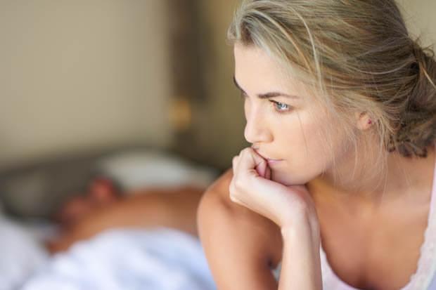 Mujer pensando en su embarazo no deseado
