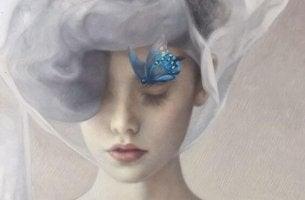 Mujer pensando en su responsabilidad con una mariposa azul en la cabeza