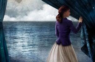 Mujer que descorre una cortina escuchando la voz de la experiencia