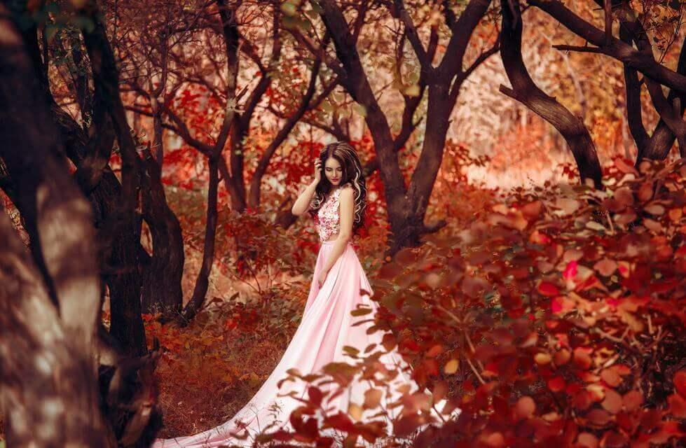 Mujer sola en el bosque
