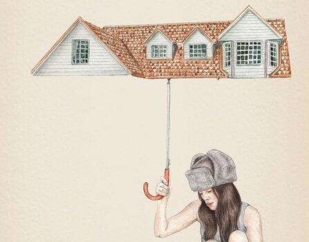 mujer sujetando paraguas en forma de tejado