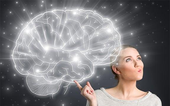mujer sujetando cerebro