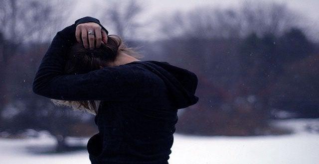 Mujer con trastorno esquizoide tapándose la cabeza con las manos