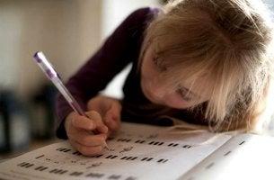 niña con aprendizaje lento escribiendo