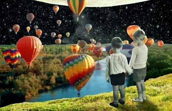 niños mirando globos