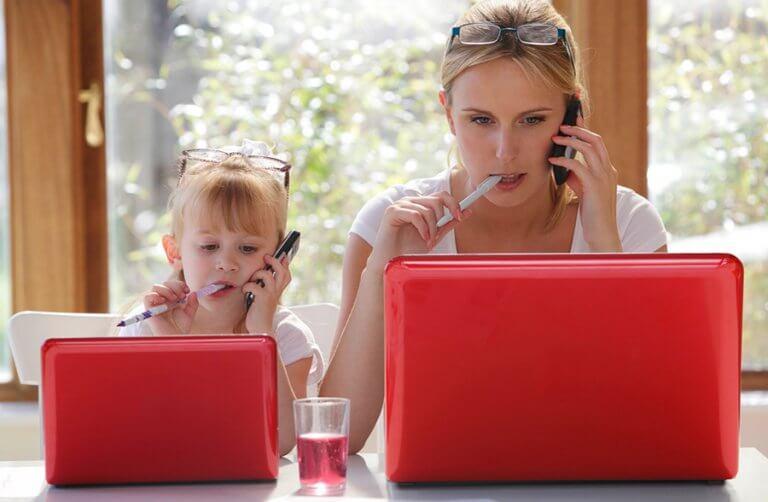 Niña imitando a su madre simbolizando el aprendizaje social