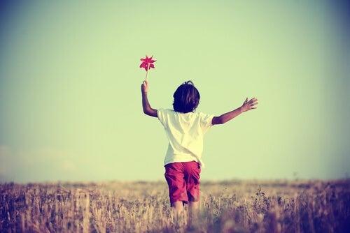 Niño caminando solo y feliz por la crianza moderna
