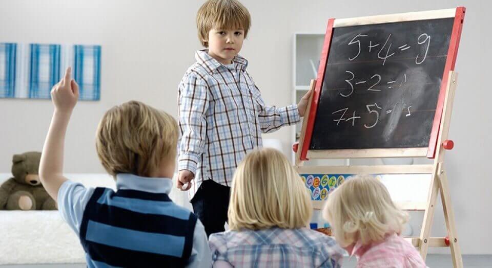 Niño haciendo de profesor
