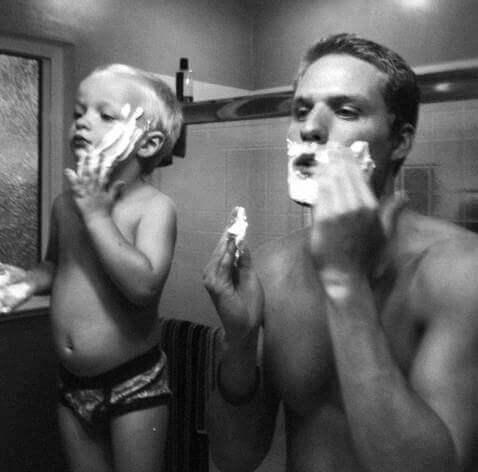 Niño imitando a su padre mientras se afeita