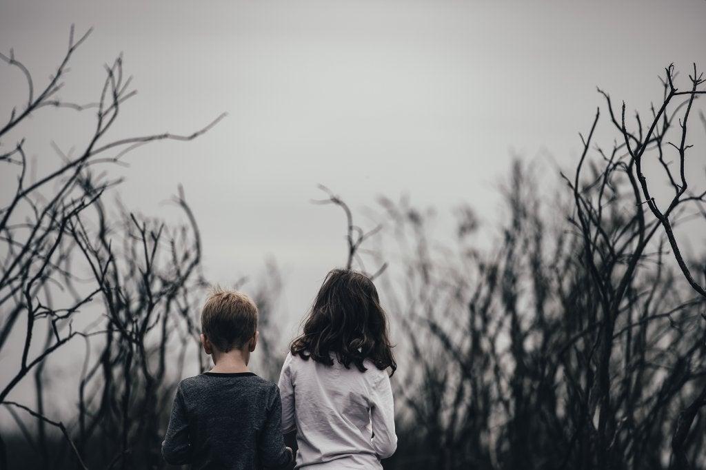 Niños con depresión de espaldas