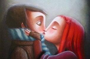 Niña con el pelo rojo besando a un niño