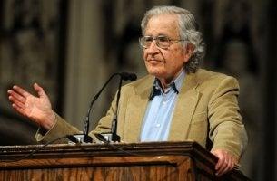 Noam Chomsky dando un discurso