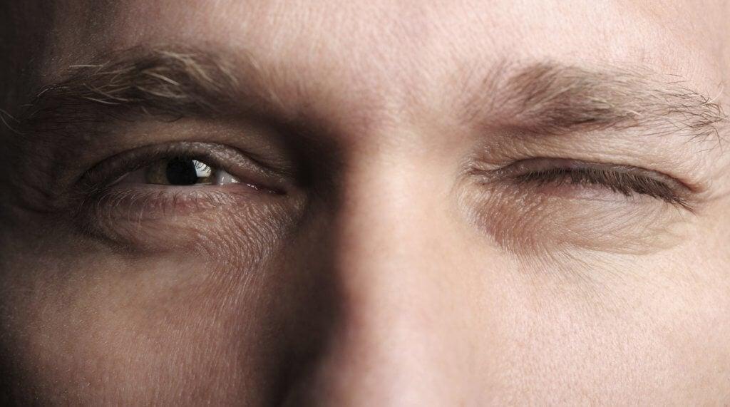 Hombre guiñando un ojo