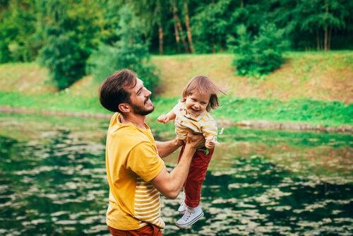 Padre divirtiéndose con su hijo