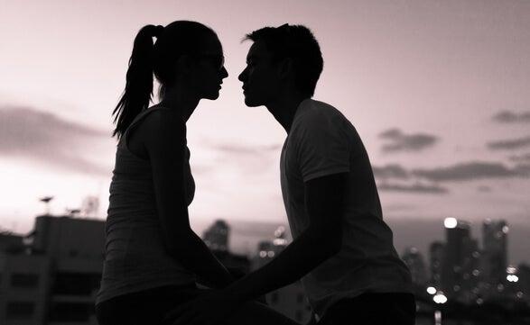 pareja de la mano y mirándose mostrando inteligencia sexual