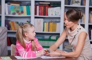 Pedagoga atendiendo a una niña