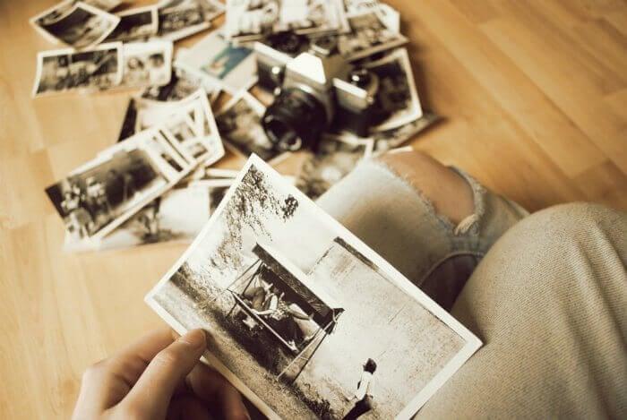 Persona viendo fotografías para formar nuevos recuerdos
