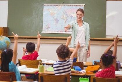 Profesora dando la palabra a niños en clase