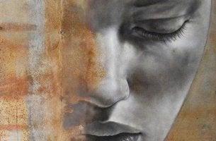 rostro femenino insensible con los ojos cerrados
