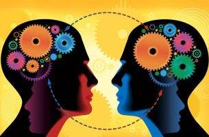 rostros con engranajes representando la psicología social de Albert Bandura