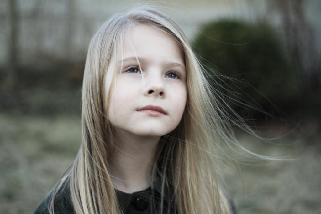 niña rubia representando las habilidades sociales en los niños