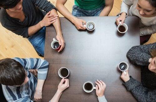 Amigos tomando café