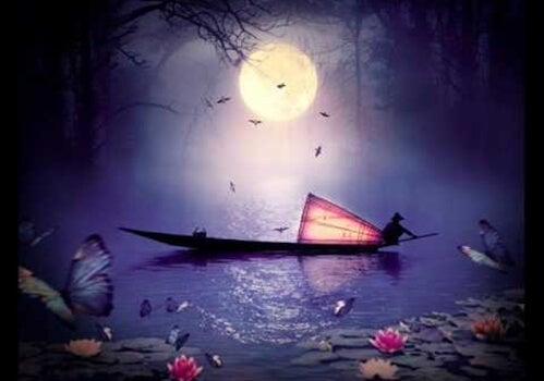 barca oriental avanzando por la noche