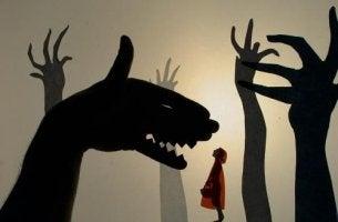 caperucita roja sintiendo miedo ante las sombras chinescas