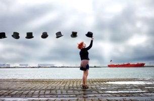 Chica alcanzando sombreros que representan nuevas temas de conversación