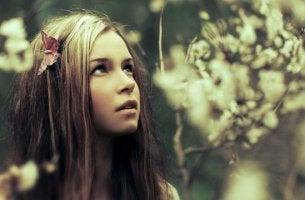 chica con mariposa en el cabello disfrutando estar en silencio