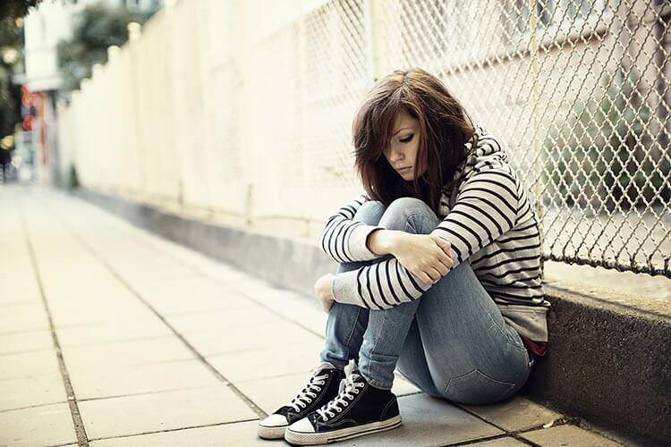 Chica con trastorno de la personalidad dependiente