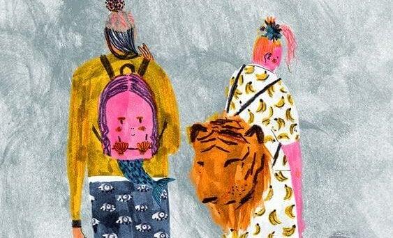 chicas con mochilas de animales
