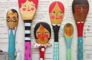 cucharas con rostros pintados representando una familia