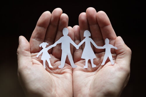 Familia hecha de papel
