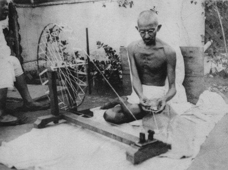 Ghandi tejiendo