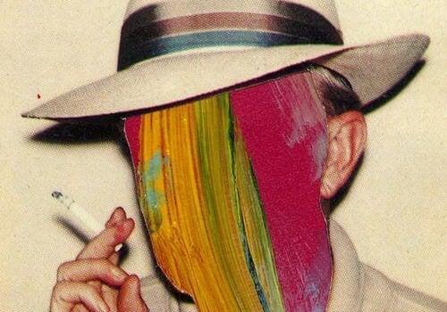 hombre con cabeza de colores y cigarro en la mano